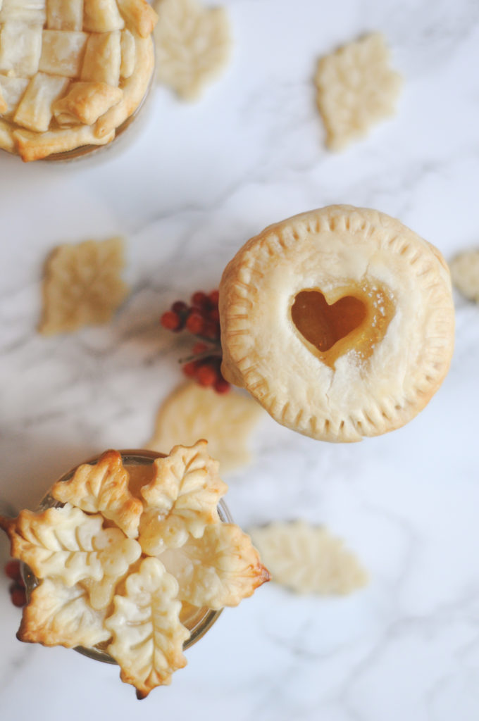 Easy 2 ingredient holiday gift idea! Individual apple pies in a jar. With free gift tag printable.